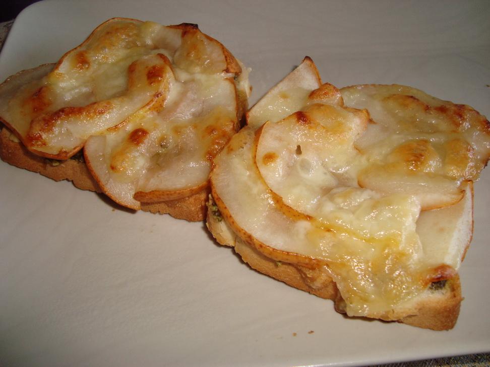 Тосты с сыром и грушей
