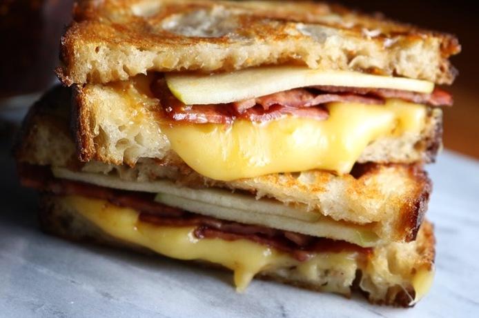 Сэндвич с сыром, индейкой и яблоком